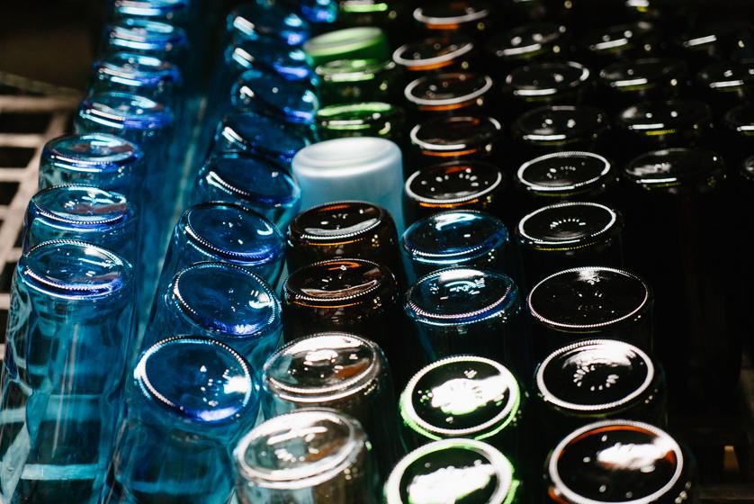 瑞穂菊酒造の蔵の中に並ぶ酒瓶