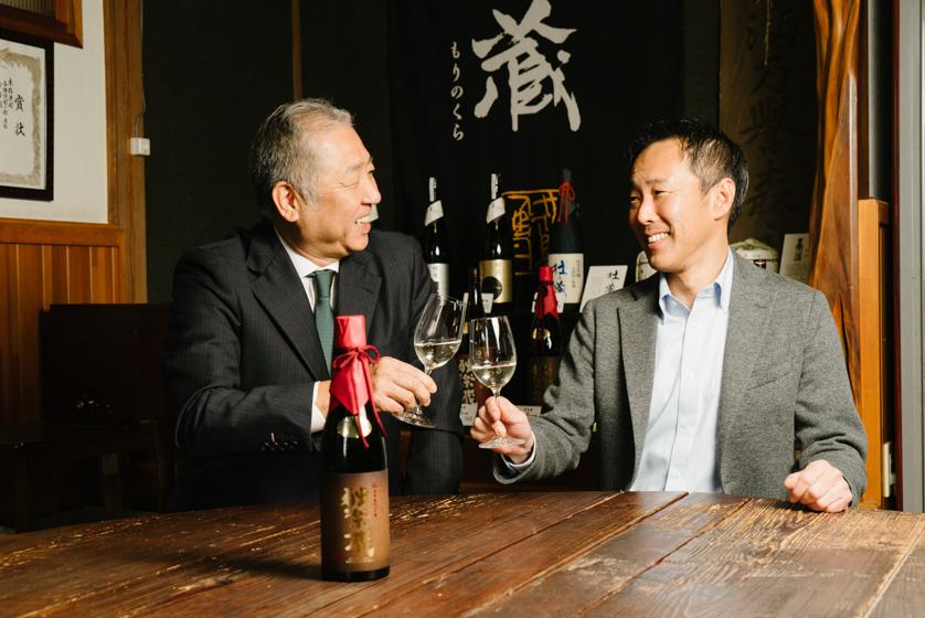 熟成酒・独楽蔵で乾杯する友添健二さんと杜の蔵の森永一弘社長